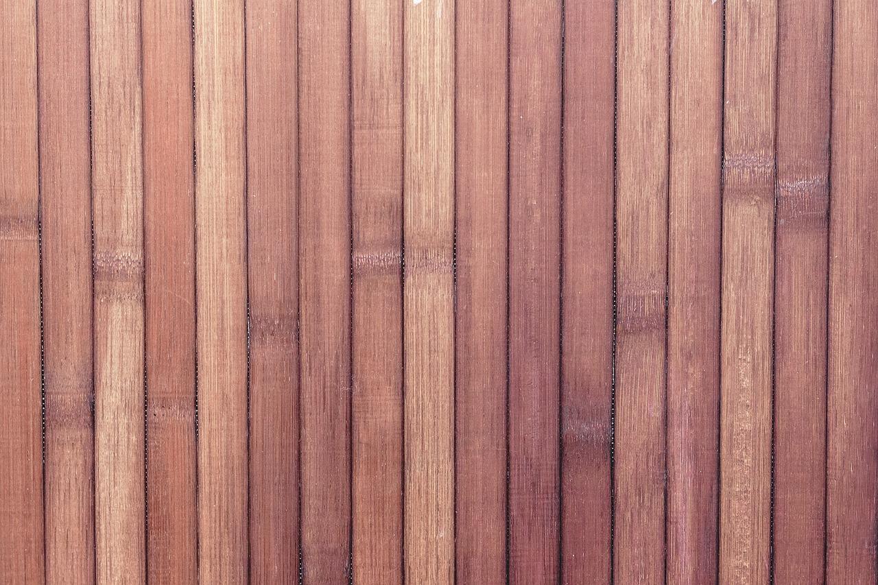 Un panneau mural en bambou